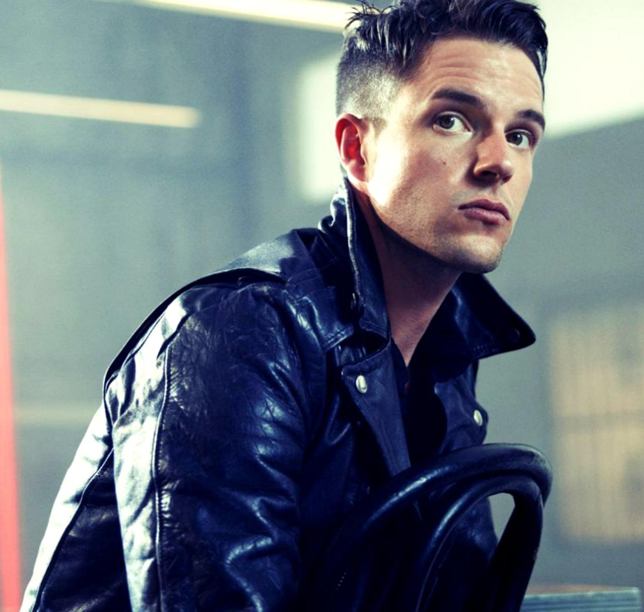 Brandon Flowers with a weight of 75 kg and a feet size of N/A in favorite outfit & clothing style