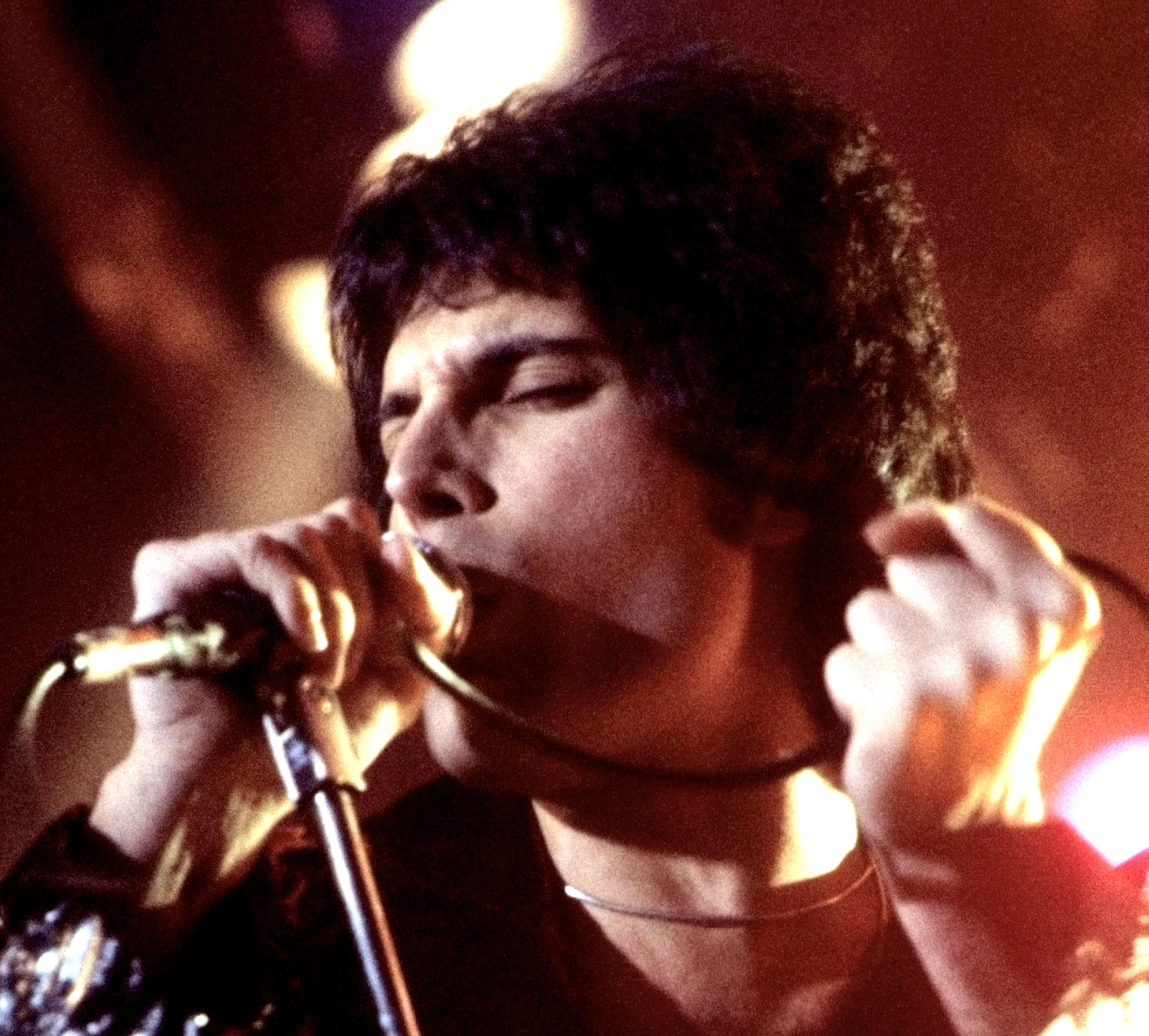 Freddie_Mercury_performing_in_New_Haven,_CT,_November_1977_cropped
