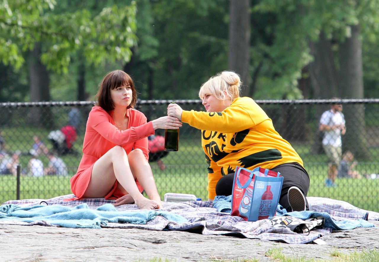 dakota-johnson-how-to-be-single-movie-set-in-new-york-city-may-2015_11