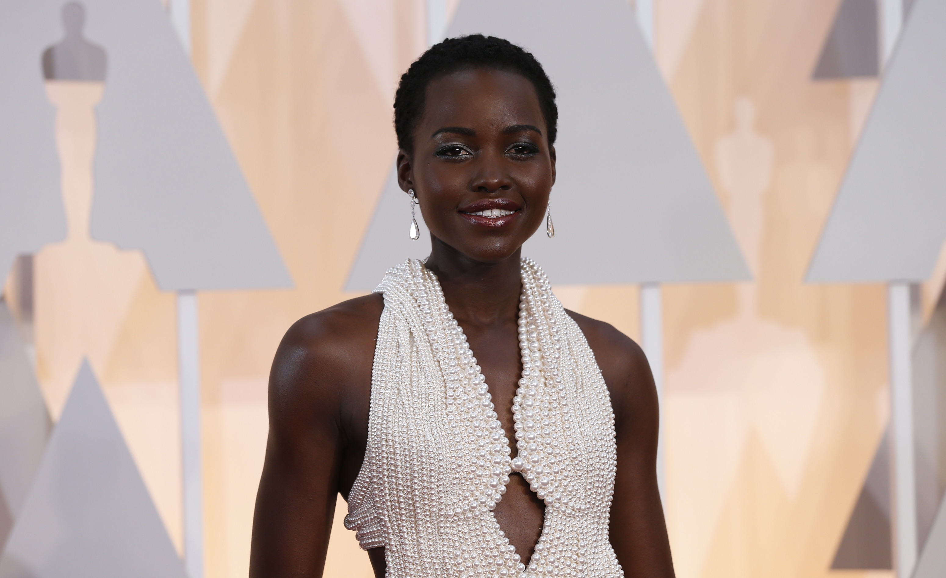 Actress Lupita Nyong'o wears a Calvin Klein gown and Chopard diamonds as she arrives at the 87th Academy Awards in Hollywood, California in this February 22, 2015 file photo. The $150,000 pearl-studded, custom-made Calvin Klein dress worn by Oscar-winning actress Lupita Nyong'o at this year's Academy Awards has been stolen, police said on February 26, 2015. REUTERS/Mario Anzuoni/Files (UNITED STATES - Tags: ENTERTAINMENT CRIME LAW)